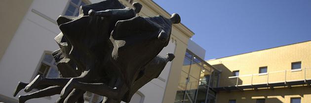 """Bronzeskulptur """"Läufergruppe"""" auf dem Gelände der UVB."""