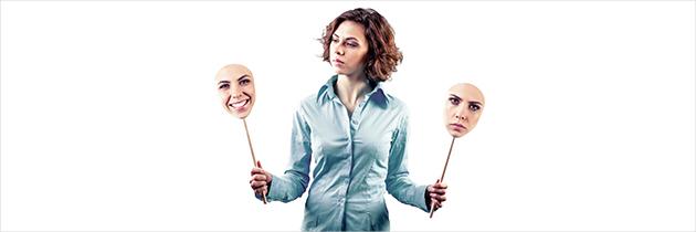 Eine Frau schaut prüfend auf zwei unterschiedliche Mimiken