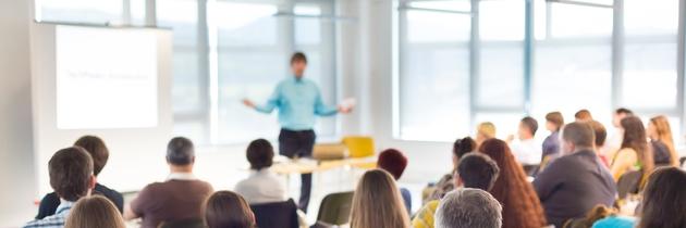 Blick aus der Teilnehmerperspektive auf einen Seminarleiter