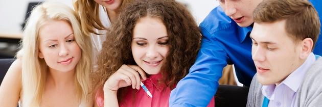 Junge Auszubildende arbeiten zusammen.